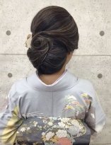 大き目シニヨンの大人なスタイル