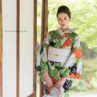 松葉色×白、オレンジ、黒 花々